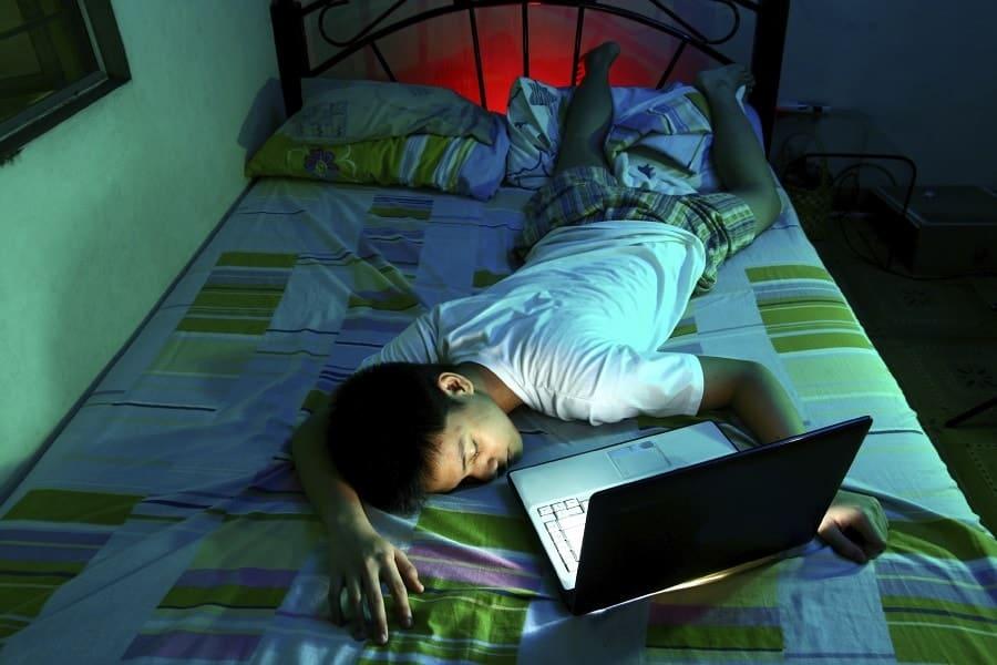 Mengapa pakai laptop di atas kasur tidak boleh?